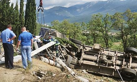 В Хакасии водитель школьного грузовика спас детей от падения в пропасть