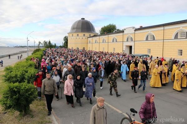 Тысячи верующих Архангельской епархии прошли крестным ходом с мощами родителей Пресвятой Богородицы (+ФОТО)