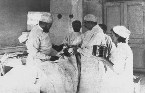 Святитель Лука (слева) во время операции. Фото с сайта prof.krasgmu.ru