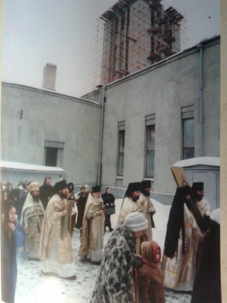 Крестный ход вокруг здания (конец 1990-х годов)