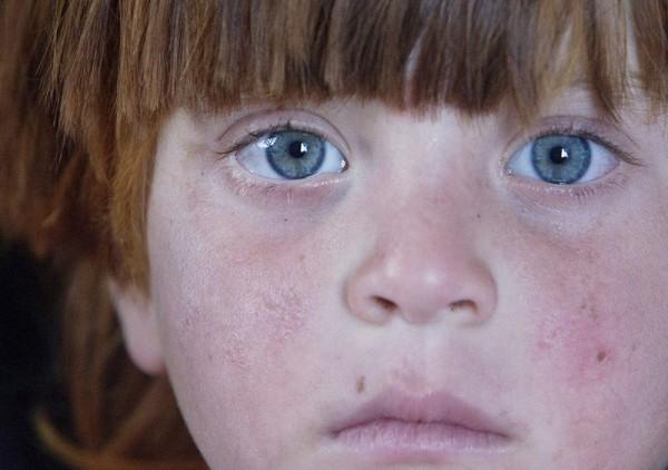 Афганская девочка-беженка, живущая в глиняной мазанке, построенной с помощью консула Норвегии по делам беженцев в Афганистане, провинции Герат, районе Гориан. Она вернулась на родину 27 мая 2008 года. Многие афганские беженцы пытаются начать жизнь заново в своей раздробленной отчизне, после того как они прожили годы, а иногда и десятки лет в Пакистане и Иране, куда они бежали в течение почти 30 лет нескончаемой войны. (Рейтер / Ахмад Масуд)