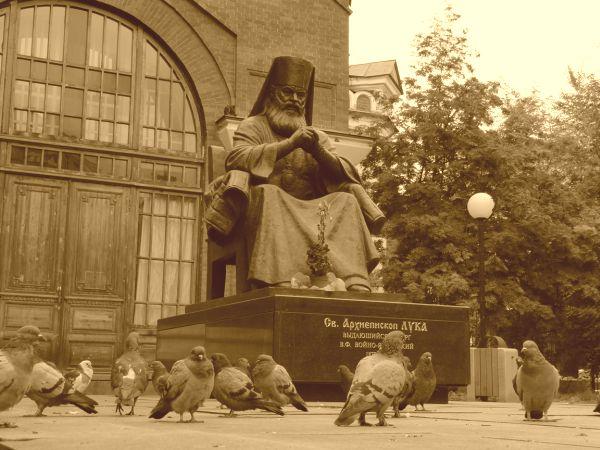 Памятник святителю Луке Войно-Ясенецкому в Красноярске