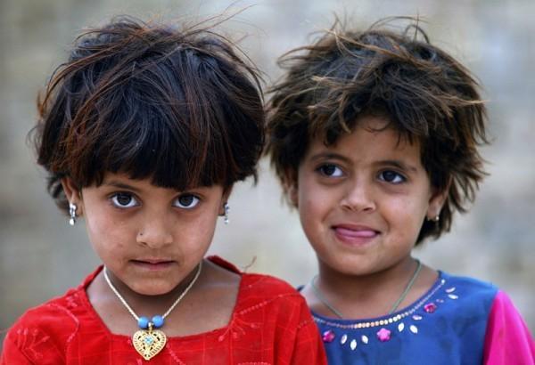 12.Две девочки собрались посмотреть на солдата с базы Натана Смита, пришедшего в их деревню Мирвайз Мина, находящейся примерно в 5-и километрах к югу от города Кандагар, 9 мая 2010 года. (Рейтер / Никола Солик)