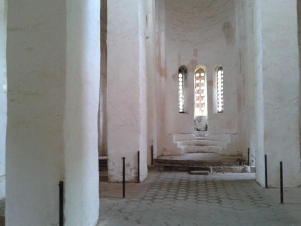 Северный храм - самый отреставрированный из трёх. Но хлипкие ставни от внешней сырости все равно не спасают