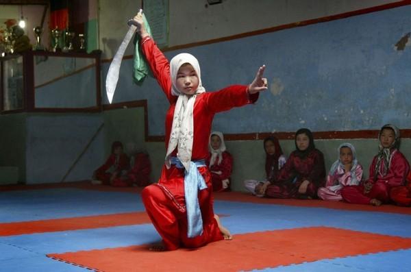 Афганская девочка учится боевым искусствам с мечом в тренировочном центре Вошо в провинции Герат, Инджил, 6 апреля 2011 года. (AP Photo)