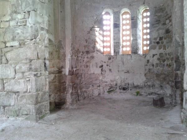 Троицкий храм, алтарная часть. На полу кое-где остались сухие  травинки. Ежегодно на Троицу здесь служат