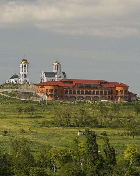 Монастырский корпус, изнутри немного похожий на подводную лодку (фото монастыря)