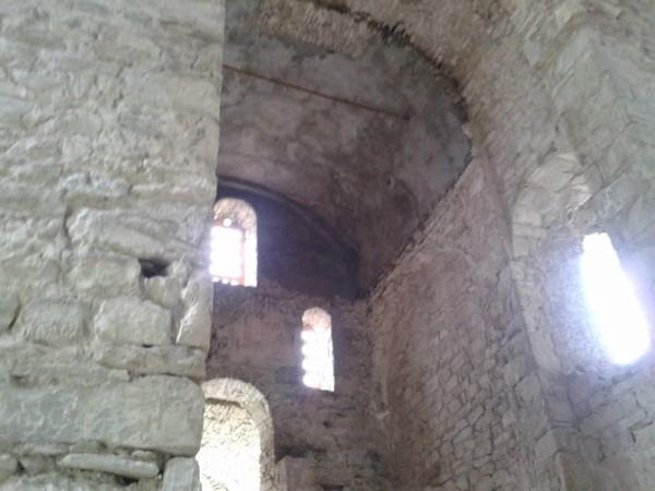 Троицкий храм. Штукатурка над входом немного напоминает цемент