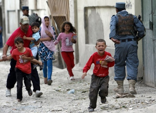 Дети убегают после взрыва в Кабуле, 24 мая 2013 года. Несколько сильных взрывов потрясли оживленный район в центре афганской столицы, Кабула. По свидетельствам очевидцев в районе также были слышны выстрелы. (Рейтер / Омар Собгани)