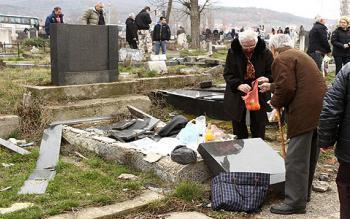 Жители Сербии обнаружили разрушенные надгробия на кладбище в Дни поминовения усопших