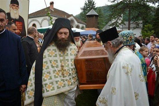 15 тысяч паломников приняли участие в перенесении мощей преподобного Иустина Поповича