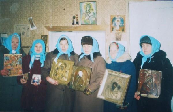 Когда в Княжестров приезжает священник, собирается около 30 прихожан