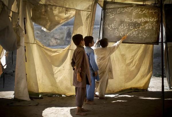 Афганские дети учатся в передвижной школе в деревне Будьяли, провинции Нангархар, 19 марта 2013 года. (AP Photo / Аня Нидрингхаус)