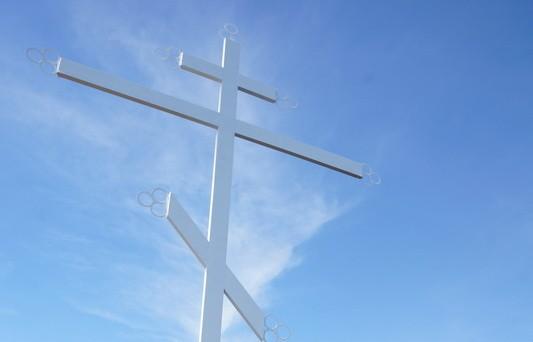 Самый большой поклонный крест в Якутии освятили на берегу Чернышевского водохранилища