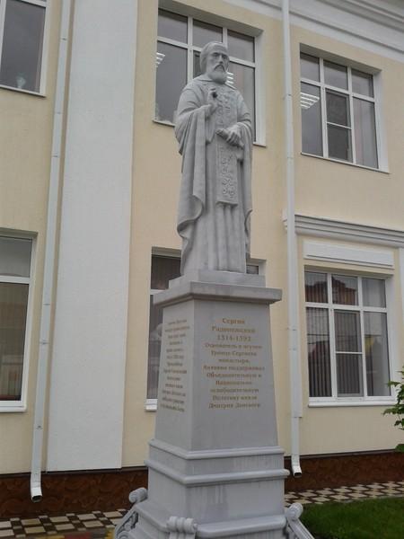 Памятник Сергию Радонежскому возле православной гимназии в Черкесске