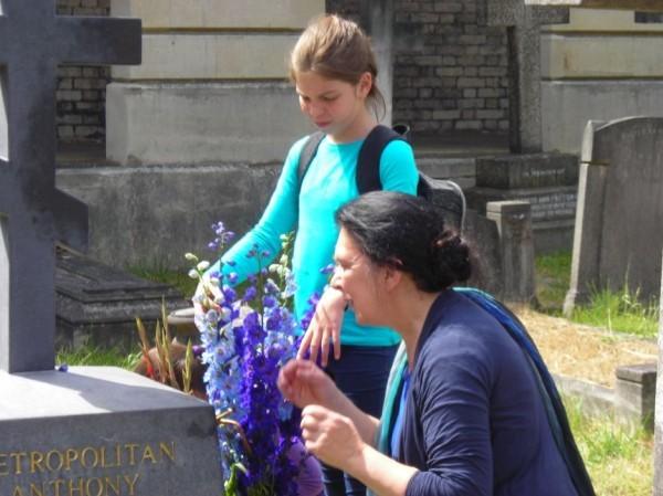 Ольга Клодт на могиле митрополита Антония. Фото Елены Майданович