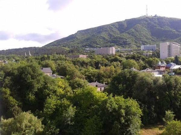 Пятигорск. Гора Машук. В левой части кадра на склоне - Лазаревская церковь