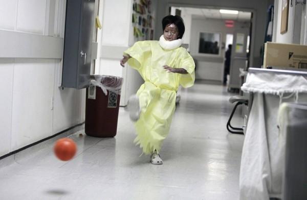 26.Восьмилетняя Раца играет в мяч в военном госпитале США на воздушной базе Баграм, к северу от Кабула, 11 июня 2009 года. Девочку эвакуировали и перевезли в госпиталь в мае, после того как она получила сильные ожоги в результате взрыва белого люминофора у нее дома в долине Тагаб, во время боя между французскими войсками и талибовскими боевиками. Тогда же погибли две ее сестры. (AP Photo / Рафик Макбул)