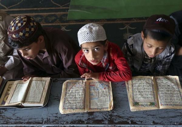 27.Мальчики читают Коран в медресе во время священного для мусульман месяца Рамадан. Кабул, 15 июля 2013 года. (Рейтер / Омар Собгани)