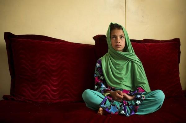 Одиннадцатилетняя Зардана  в Кандараге (Афганистан, 22 апреля 2013 год) рассказывает об инциденте, случившемся перед восходом солнца 11 марта 2012 года, когда, по ее словам, американский солдат ворвался в их дом. По словам Зарданы, ее двоюродная сестра, бывшая в гостях, увидела, что солдат гонится за ними, и побежала на помощь, но в солдата выстрелили и убили. «Мы не могли остановиться. Мы просто хотели где-то спрятаться. Я держалась за бабушку, и мы бежали к соседям». Члены семьи Зарданы объяснили, что девочка также получила ранение в голову. Около двух месяцев она провела на  реабилитации в госпитале военно-воздушной базы в Кандагаре, и еще три месяца – в военно-морском госпитале в Сан Диего, получая там реабилитационную терапию. Ее сопровождал отец, Самулла. Бывший штаб-сержант армии США Роберт Бейлзс, штаб-сержант из Вашингтона, был признан виновным в семнадцати убийствах и шести нападениях и попытках убийств. Его приговорили к пожизненному заключению, поскольку он признал свою вину, чтобы избежать смертной казни. (AP Photo / Аня Недрингхаус)