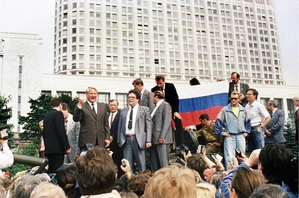 19 августа 1991. Президент России Борис Ельцин стоит на бронированном автомобиле