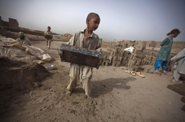 Мальчик работает на фабрике по производству кирпича рядом с Кабулом, 15 июля 2010 года. Рабочие, в основном босые и без перчаток, зарабатывают от 3 до 8 долларов в день, по количеству часов работы и количеству сделанных кирпичей. (Рейтер / Ахмад Масуд) 30.Маленький мальчик спит на плече женщины в Старом Городе, 7 ноября 2012 года в Кабуле. (Даниэль Берулак / Getty Images)