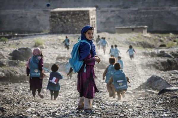 Афганские дети бегут в деревенскую школу, находящуюся недалеко от французской военной базы, по дороге в Наглу, 24 сентября 2012 года. (Джефф Пашу / AFP /Getty Images)