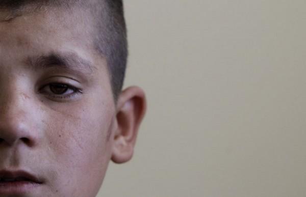 Фазель Рахман, один из четверых детей-террористов, арестованных перед попыткой самоподрыва, в классе Кабульского Центра Реабилитации, 14 мая 2011 года. Их религиозные учителя отдали им ясный приказ: Идите в Афганистан, наденьте пояс смертника и уничтожьте вражеские силы. С этим приказом 14-летний Гулам Фарук вышел из своего дома в Пакистане с тремя другими будущими мальчиками-смертниками и направился в восточный Афганистан. Им сказали, что их будут ждать двое членов Талибана на границе около Торкхама, в провинции Нангархар. Но там их ждали члены афганской разведки, раскрывшие планы мальчиков и арестовавшие их на границе. (AP Photo / Камран Джебрели)