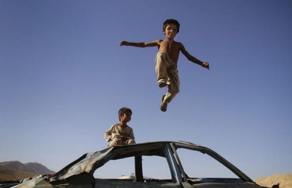 43.Мальчик прыгает с машины, Кабул, 5 июля 2012 года. (AP Photo / Ахмад Джамшид)