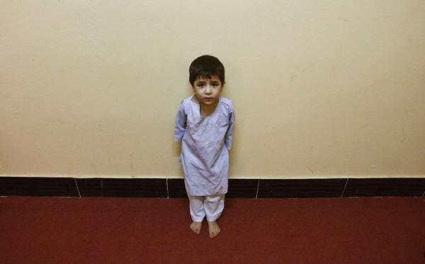 Сын афганской женщины-заключенной стоит в коридоре тюрьмы в Герате, 18 августа 2009 года. (Рейтер / Рахеб Хомаванди)