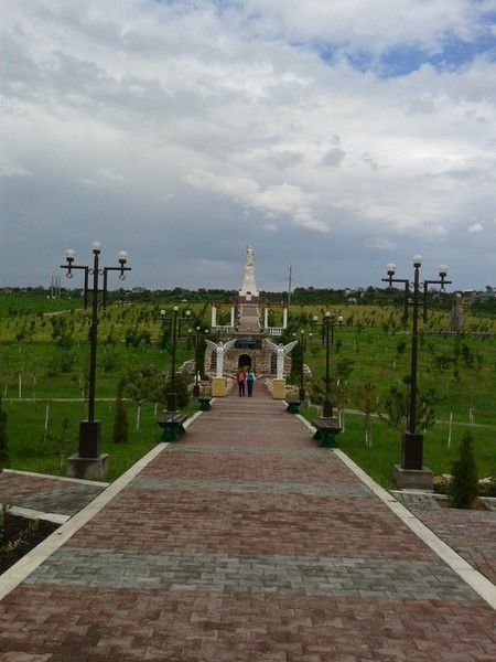 Аллея и статуя Христа Воскресшего