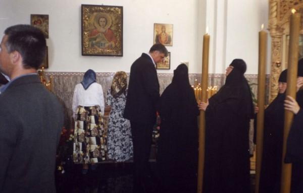 Сестры Матронинского монастыря у раки с мощами игумении Рафаилы. 24 мая 2005 г