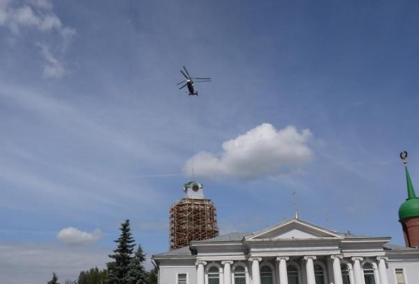 Шпиль на колокольню Успенского собора в Тульском кремле установили с помощью вертолета
