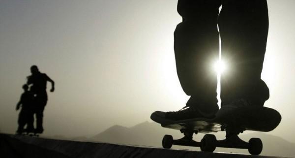 Афганский инструктор по скейтбордингу демонстрирует афганским детям свои умения, 8 августа 2008 года. По программе Скейтистан ученикам в течение двенадцати месяцев преподавали основы скейтбординга, технику инструктажа и управление скейтинг-парком. Команда проекта, в которую входили афганские и австралийские специалисты, получала поддержку со стороны экспертов по скейтбордингу, технических инструкторов, инженеров, дизайнеров, специалистов IT-индустрии и журналистов из Австралии, Германии и Японии. (AP Photo / Рафик Макбул)