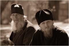 Монахи и епископы: Миссия – выжить вместе