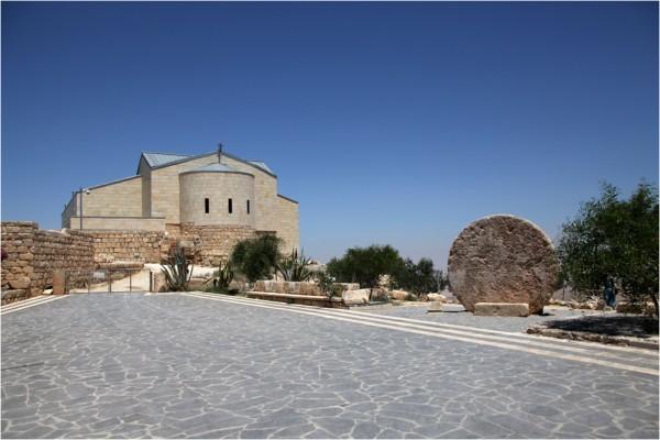 Храм на горе Нево