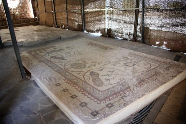 Фрагменты храмовых мозаик, хранящиеся в комплексе т. н. Монумента Моисея