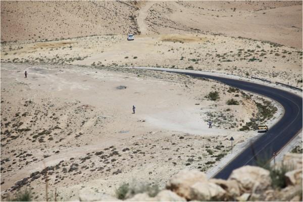 Дорога спускается по склонам горы Нево в сторону Мёртвого моря