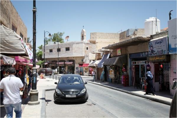 Улица «самого христианского города Иордании». Вдали видна колокольня Георгиевского храма