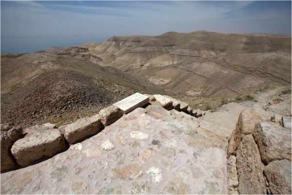 Мукавир, западный склон горы. Вдали виден берег Мёртвого моря.