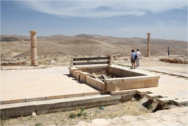 На этом месте, по преданию, была темница, где пророк Иоанн Предтеча был усечён мечём