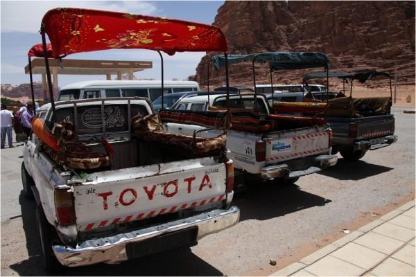 Джипы— основное средство передвижения по пустыне. Верблюды остались в прошлом.