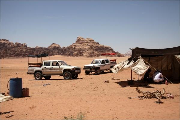 Бедуинские шатры гостеприимны, но не спасают от жары