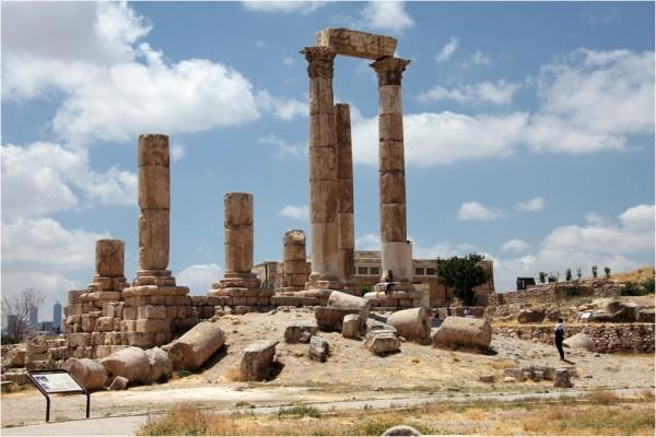 Руины древнего храма Юпитера в центре акрополя