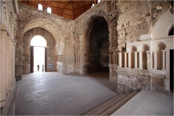 Вестибюль дворца, интерьер с фрагментами каменной резьбы