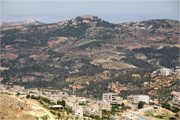 Вид на замок со стороны современного Аджлуна
