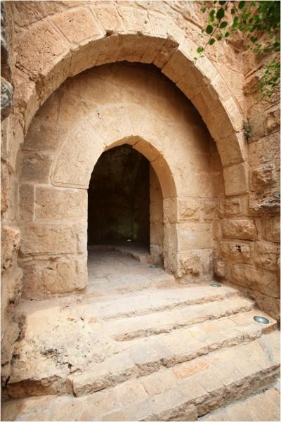 Арки впервые появились в архитектуре Древнего Востока. Аджлунский замок органично воспринял эту традицию