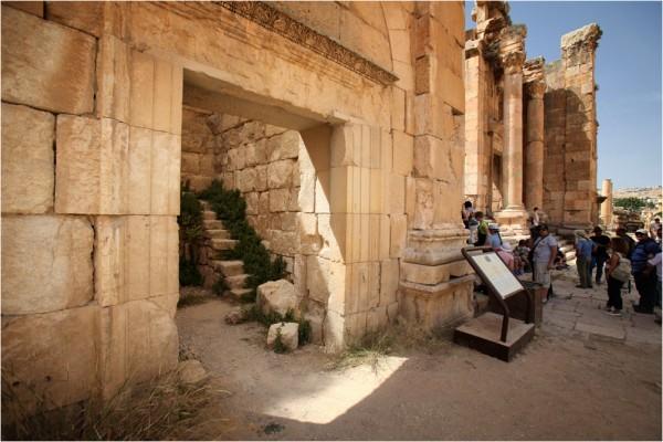 На центральную улицу своими фасадами выходили несколько храмов