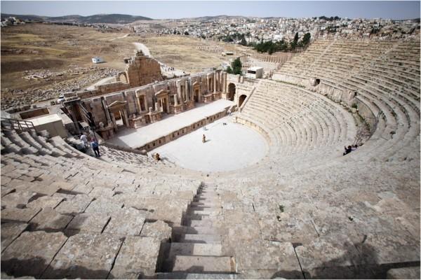 Так называемый Южный театр (81-96 гг. н. э.) вмещал до 3 тысяч зрителей