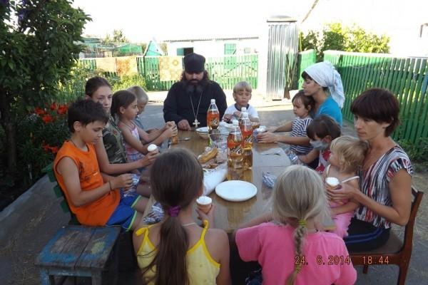 В храме Верхнедонского благочиния помогают семьям беженцев (+ФОТО)